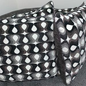 Pillows, like new, smoke free home, pet free home